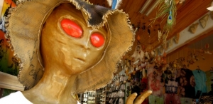 estatua-de-extraterrestre-decora-a-entrada-de-loja-de-souvenirs-de-sao-thome-das-letras-1379362943515_615x300