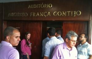 Imprensa acompanhou pelo lado de fora o encontro do governador com a base aliada, na pecuária. Foto: Marcello Dantas/Jornal Opção Online