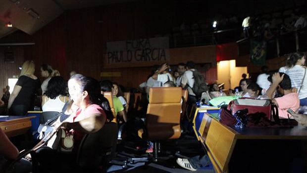 Vereadores vetam entrada de água e comida na Câmara de Goiânia, mas servidores da educação insistem na ocupação
