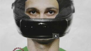 Moto e capacete pretos são encontrados em lote baldio. Relação com suposto serial killer não é descartada