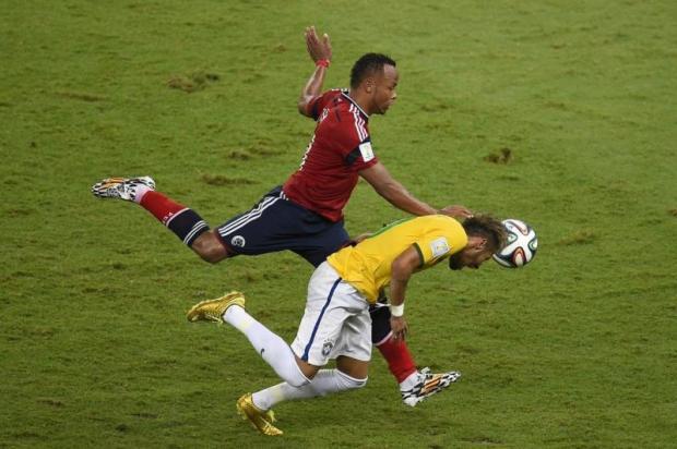 Momento em Neymar sofre lesão na coluna   Foto: Odd Andersen/AFP