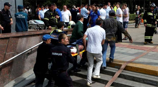 Equipes de emergência socorrem feridos em acidente no metrô