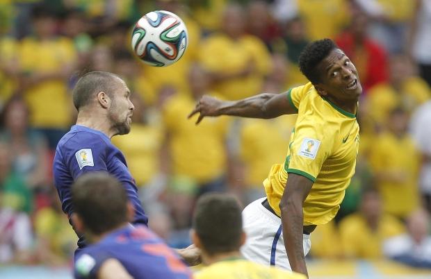 Jô, o substituto de Fred, disputa bola na melancólica derrota para a Holanda: nada a acrescentar ao titular | Foto: Rafael Ribeiro/CBF