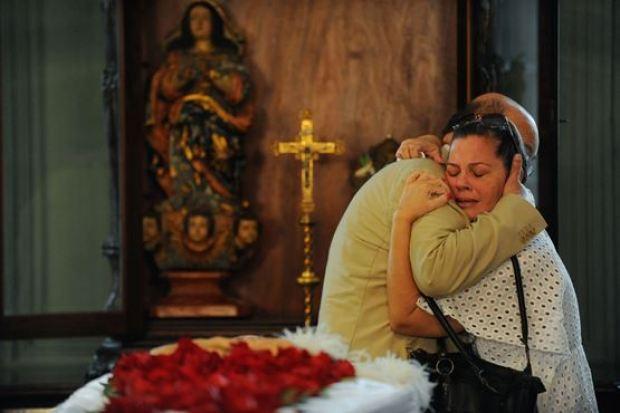 Emília Ribeiro, filha do escritor baiano João Ubaldo Ribeiro, recebe abraço do tio Manuel Ribeiro durante velório  / Foto: Fernando Frazão/ Agência Brasil