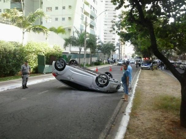 Motorista com sinais de embriaguez capota carro na Avenida E, no Jardim Goiás
