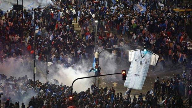 Confusão foi registrada na capital argentina após derrota da seleção contra a Alemanha, por 1 a 0   Foto: Reprodução/La Nacion
