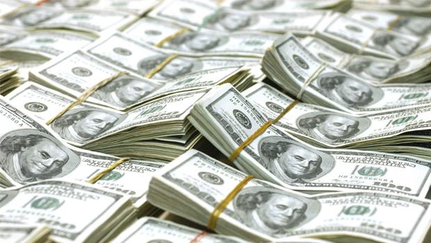 Dólar bate R$ 3,78 e Tesouro interrompe negociações de títulos