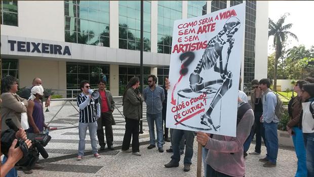 Artistas se manifestam contra atraso do Fundo de Cultura em frente ao Palácio Pedro Ludovíco