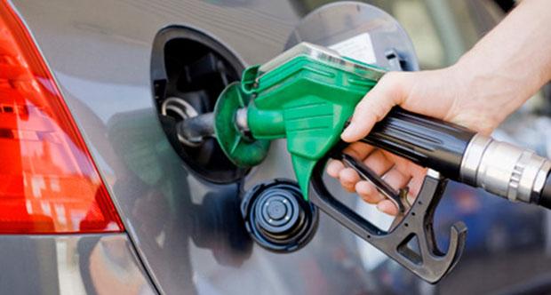 Com petróleo em queda recorde, Petrobras reduz preço dos combustíveis nas refinarias