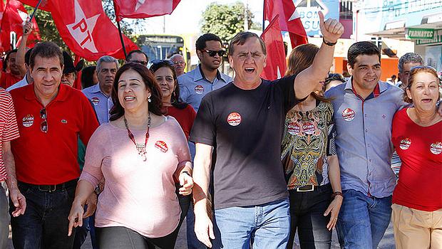 Ao lado de integrantes da chapa pura e outros aliados do PT, Gomide fez caminhada em Anápolis   Foto: Divulgação
