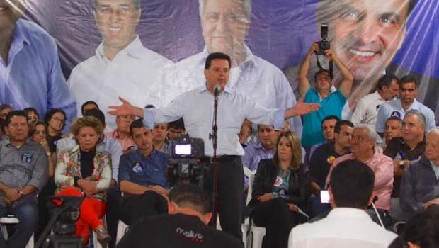 Ao lado da senadora Lúcia Vânia (PSDB) e a presidente da OVG, Valéria Perillo, Marconi discursa em Anincuns | Foto: Divulgação/Wesley Costa
