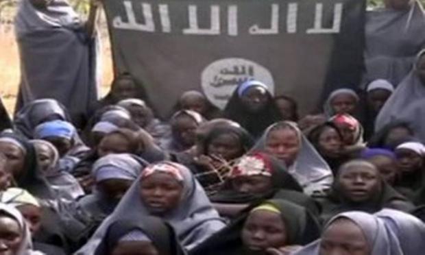 Imagens de vídeo divulgado pelo Boko Haram após o sequestro das nigerianas | Foto: Reprodução  AFP
