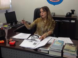 Delegada Ana Elisa em conversa com a impressa apresenta foto de suspeito foragido