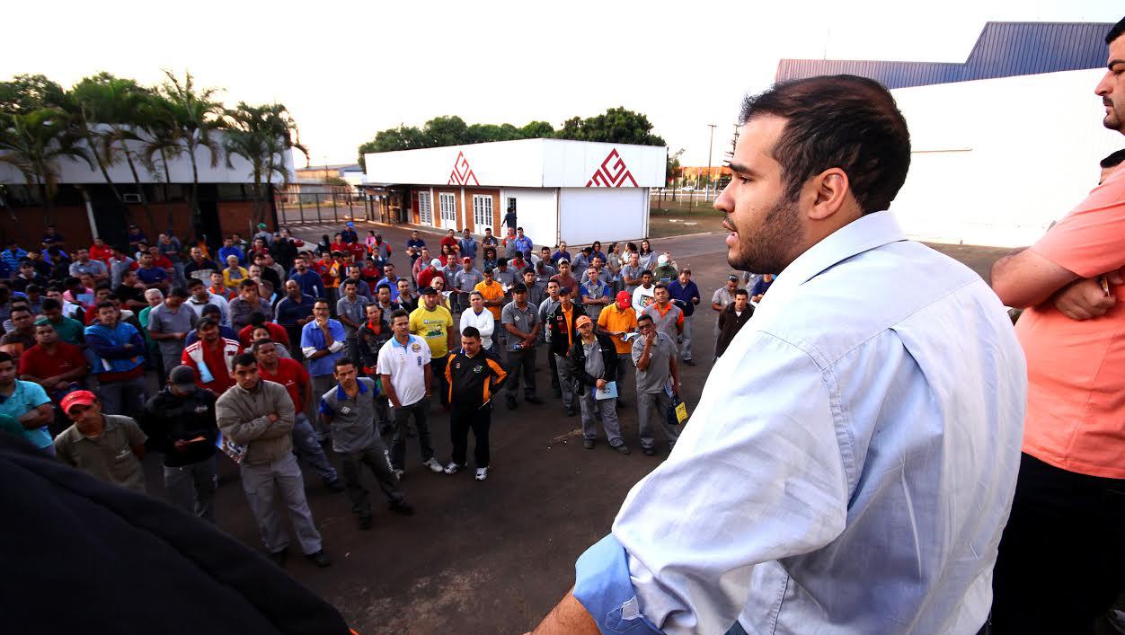 Lucas Vergílio faz campanha junto aos trabalhadores das indústrias de Anápolis