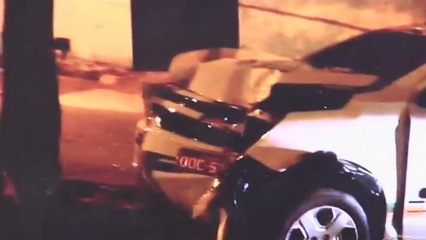 Taxista perde o controle de carro e morre após colidir com árvore, em Goiânia