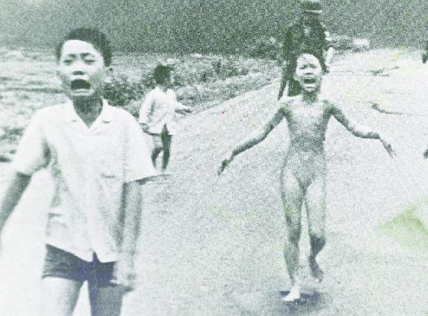 Kim Phuc, vietnamita de 9 anos, corre, queimada por Napalm: a foto chocou e comoveu o mundo e ajudou a pôr um fim à Guerra do Vietnã