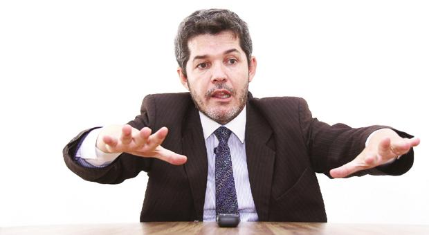 O delegado que veio do Paraná para tentar surpreender nas eleições de Goiás