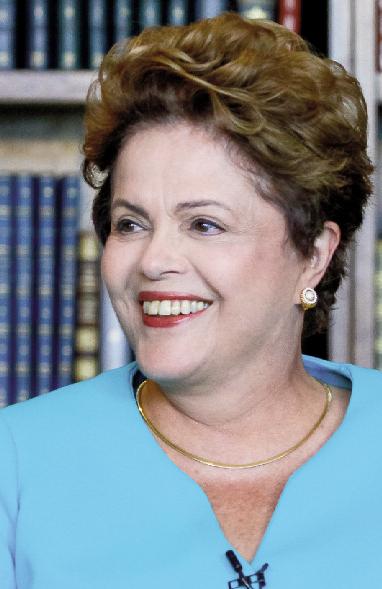 Dilma vota em escola de Porto Alegre e faz V da vitória