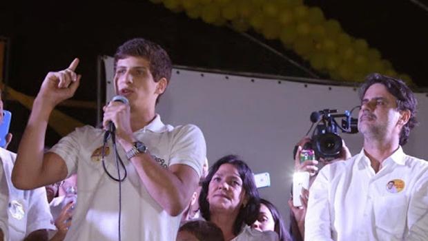 Filho de Eduardo Campos discursa ao lado de candidatos do PSB e indica possível carreira na política