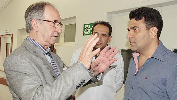Em visita ao Hutrin, prefeito em exercício Gleyson Cabriny (PSDB), à direita, conversa com Adilson Usier, superintendente da organização social Gerir, que administra a unidade | Foto: Iris Roberto
