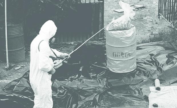 Foto mostra funcionário da Comissão Nacional de Energia Nuclear (CNEN) removendo o que antes eram objetos pessoais das vítimas, mas que se tornou lixo radioativo