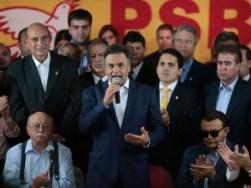 Aécio Neves (PSDB) durante discurso após receber apoio do PSB para o segundo turno
