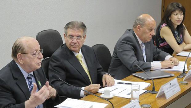 Senador Cyro Miranda (ao centro), com Bechara e Ernani Pimentel: especialistas divergiram em relação a novas mudanças | Foto: Edilson Rodrigues/Agência Senado