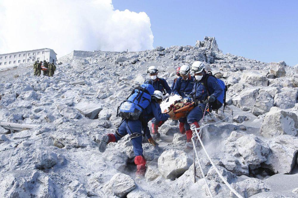 Veja imagens: Vulcão em erupção no Japão deixa 47 mortos e 16 desaparecidos
