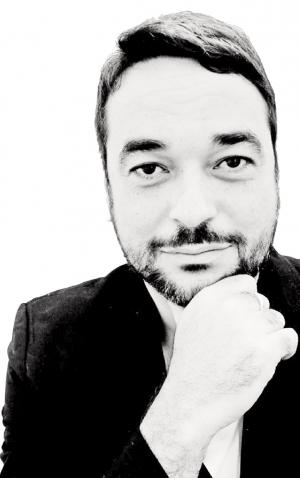 Alex Andrade faz um retrato do homem moderno, aquele que transita pelas ruas direcionando seus dias por obrigações e lazeres virtuais