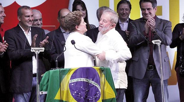 Eurípedes Júnior (primeiro à esquerda), no seleto  grupo que esteve no palco da vitória da candidatura de Dilma à reeleição Foto: Alan Sampaio/iG Brasília