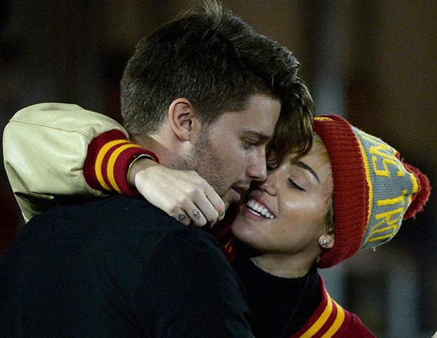Miley Cyrus é flagrada aos beijos com filho de Arnold Schwarzenegger