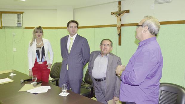 Prefeito Jânio Darrot (direita), juiz Éder Jorge e outras autoridades trindadenses: união por um trânsito melhor (Prefeitura de Trindade)