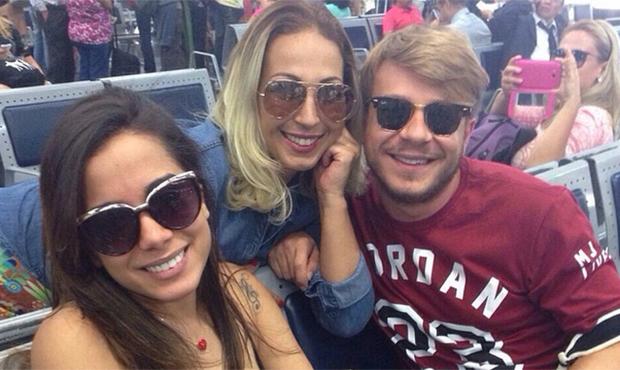 """Valesca Popozuda posta foto com Anitta e brinca com suposta rivalidade. """"Nem saímos no tapa"""""""