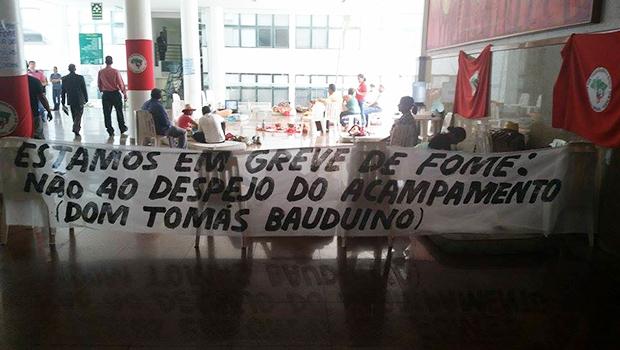 Grupo de Sem Terra faz greve de fome no hall da Assembleia Legislativa contra despejo de fazenda de senador