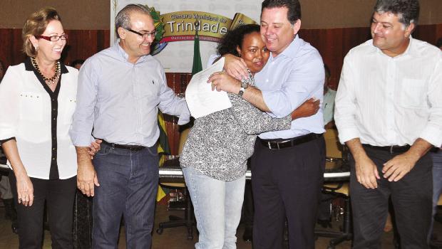Prefeito Jânio Darrot e primeira-dama Dairdes Darrot recebem Marconi Perillo em Trindade durante a entrega de certificado de qualificação profissional | Foto: Iris Roberto
