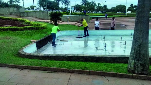 Funcionários da prefeitura reitram água acumulada em Paço Municipal durante reunião de prevenção da Dengue | Foto: Walacy Neto / Jornal Opção