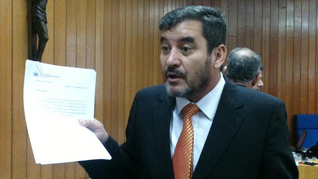 Clécio Alves mostra autógrafo de lei do PPI 2, nesta quarta-feira | Foto: Marcello Dantas/Jornal Opção Online