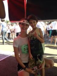 Fabíola ao lado do filho após corrida em Goiânia