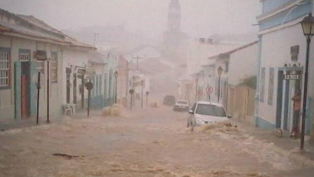 Veja fotos: chuvas fortes causam alagamentos em ruas da cidade de Goiás