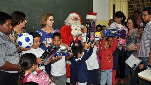 Primeira-dama de Trindade distribui 20 mil brinquedos para alunos da rede pública de ensino