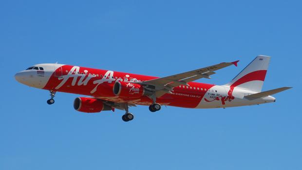 AirAsia: equipes de resgate encontram cauda do avião que caiu no Mar de Java