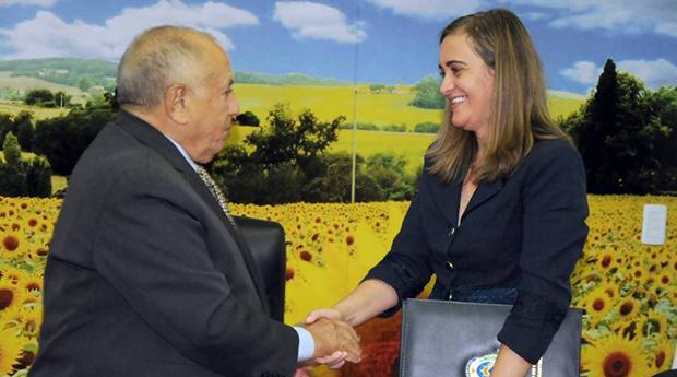 Ex-governador Siqueira Campos e sua ex-secretária de Saúde, Vanda Paiva: ela não pode deixar o País