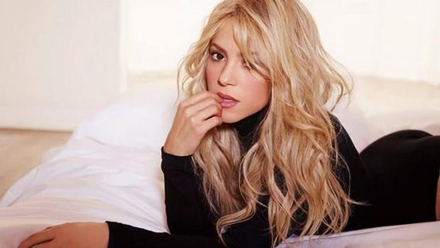 """Sem indicações em 2015, Shakira posta foto """"exibindo"""" estatuetas do Grammy"""