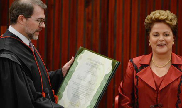 A presidente Dilma Rousseff recebe diploma do presidente do TSE, Dias Toffoli | Foto: Valter Campanato/Agência Brasil