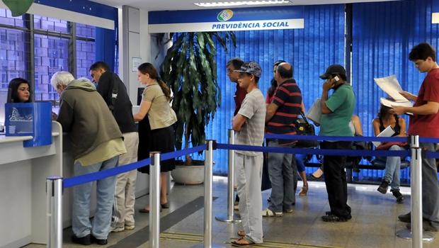 Congresso derruba veto de Bolsonaro e mantém suspensa prova de vida até o fim do ano