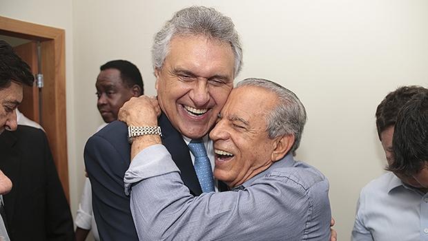 Caiado cumprimenta Iris pelo aniversário de 81 anos | Foto: Leandro Vieira/Divulgação