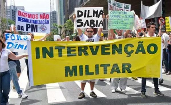 Em passeata contra Dilma e o governo, faixa pela volta dos militares
