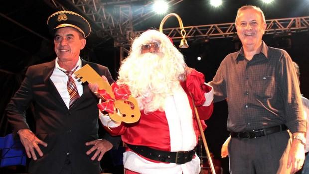 Prefeito Paulo Garcia inaugura decoração natalina
