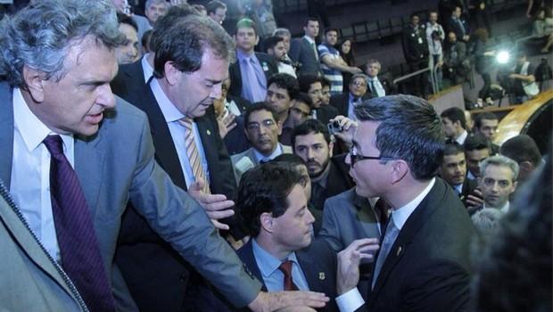 Senador eleito Ronaldo Caiado se junta a manifestantes contra aprovação do PLN 36/14