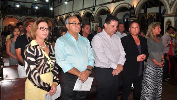 Cantor Leonardo participa da missa de 7º dia do pai